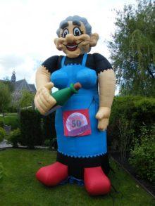 Opblaasbare pop – Sarah met wijnfles hoogte: 4,3 meter!