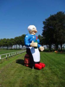 Opblaasbare pop – Sarah op wijnvat hoogte: 3,8 meter!